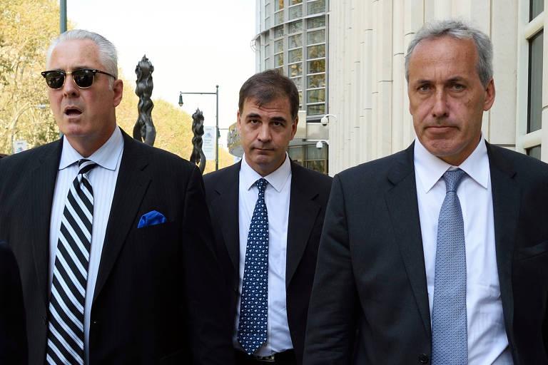 Alejandro Burzaco (centro) em foto de arquivo, quando iria se apresentar à Justiça para responder às acusações de suborno e corrupção