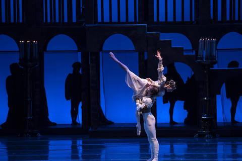 """Cena do espetáculo """"Romeu e Julieta"""", do Ballet de Santiago"""