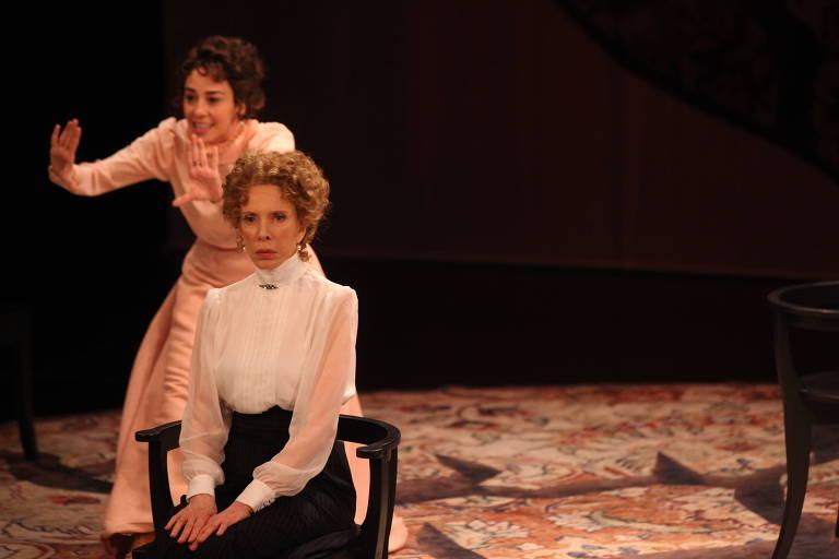 """Clarissa Kiste (ao fundo) e Marília Gabriela em cena de """"Casa de Bonecas II"""", no Sesc Consolação"""