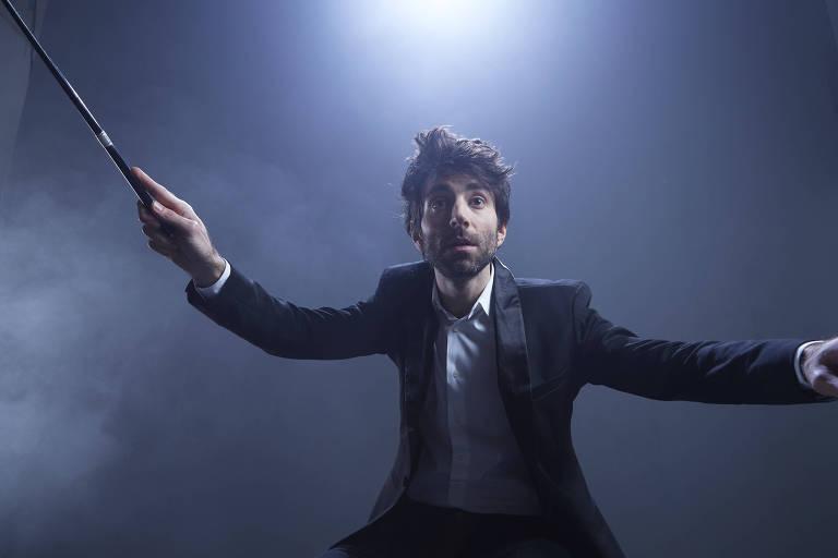 """O ator Rodrigo Pandolfo como o maestro João Carlos Martins na peça """"Concerto para João"""""""