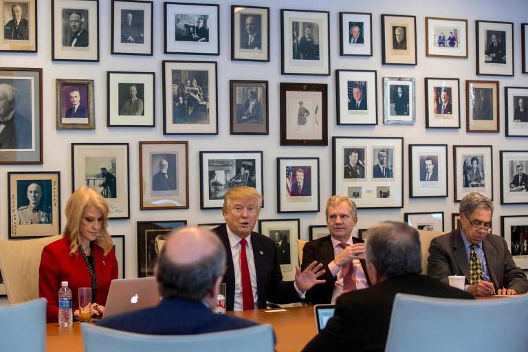 O então presidente eleito Donald Trump, ao lado de sua assessora Kellyanne Conway, durante encontro com a cúpula do The New York Times na sede do jornal