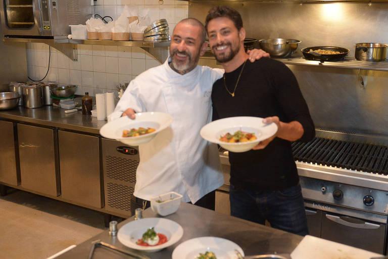 Cauã Reymond ajuda chef Henrique Fogaça a preparar jantar durante evento em SP