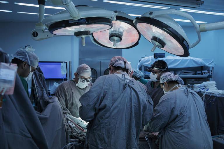 Equipe de cirurgia em transplante no Instituto do Coração, em São Paulo