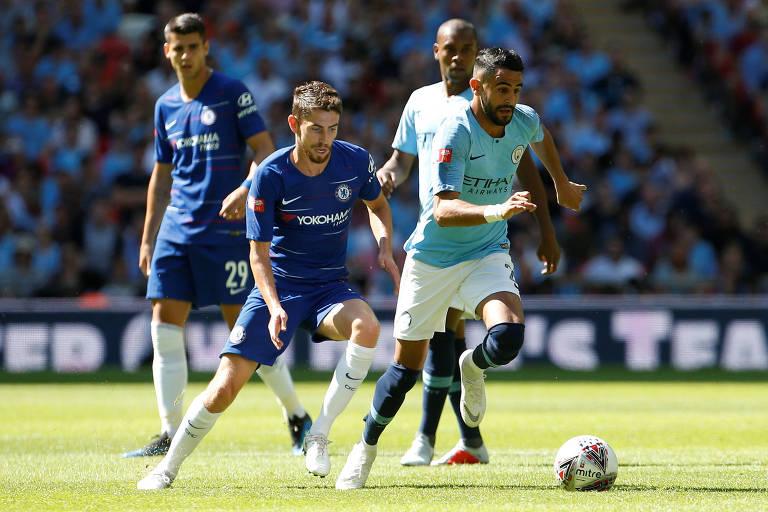 O argelino Mahrez, do Manchester City, tenta escapar do brasileiro naturalizado italiano Jorginho, do Chelsea. Ao fundo observam o espanhol Morata e o brasileiro Fernandinho