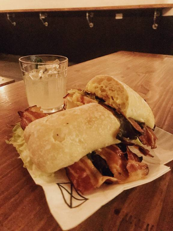 Drinque Louro Sour e sanduíche BLT servidos no bar Cama de Gato