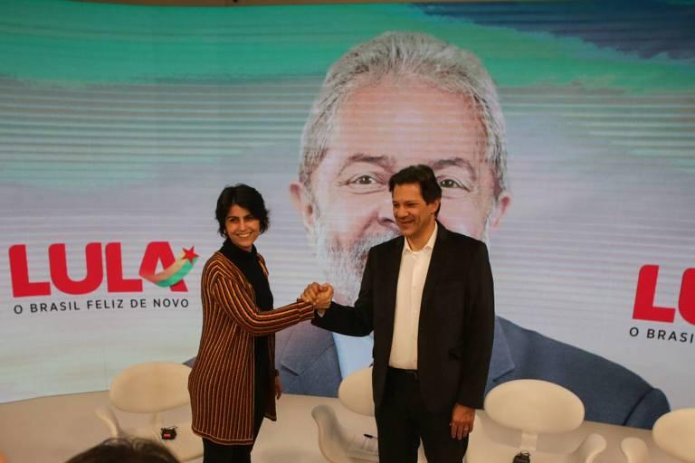 Manuela D'Avila cumprimentando Fernando Haddad (PT)