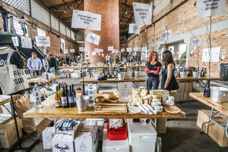 A feira de vinhos Naturebas, com diversos stands em que participantes puderam provar a bebida