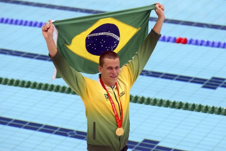 O nadador brasileiro Cesar Cielo comemora a conquista da medalha de ouro nos 50 m livre na Olimpíada de Pequim-2008