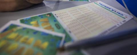 SÃO PAULO, SP, BRASIL. 30/12/2017. Apostadores enfrentam casas loterias cheias na manhã deste sábado, 30, para jogar na Mega Sena da Virada que tem prêmio estimado em 280 milhões de reais. Algumas casas lotéricas estarão abertas no domingo até as 14 horas para a realização das apostas. Na foto casa loteria no Largo 13 em Santo Amaro na zona sul da capital paulista. (Foto: Jardiel Carvalho/Folhapress)  NAS RUAS *** ESPECIAIS ***. ***EXCLUSIVO AGORA ***EMBARGADO PARA VEÍCULOS ONLINE ***UOL, FOLHA.COM E FOLHAPRESS, CONSULTAR FOTOGRAFIA DO AGORA SAO PAULO *** f: 3324-2169, 3224-3342