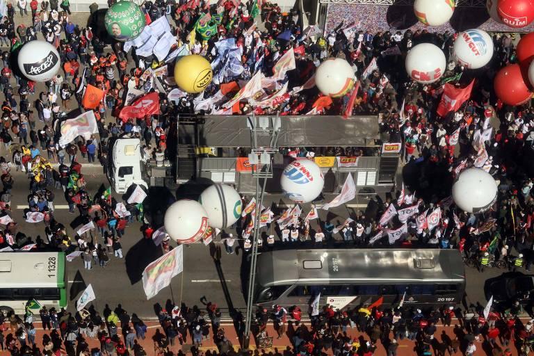 Trabalhadores e centrais de trabalhaddores fecham a avenida Paulista em frente a FIesp para do dia do basta