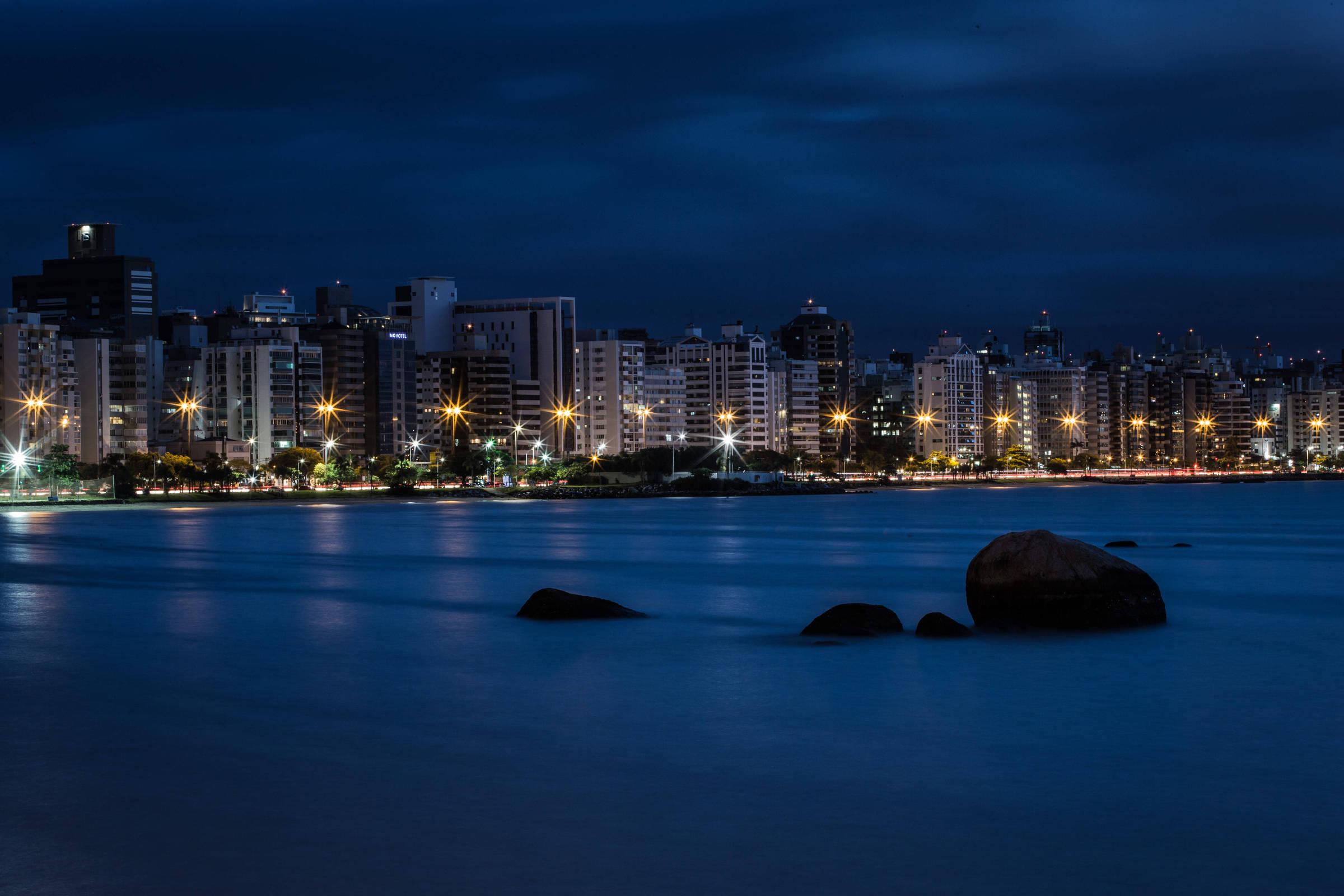 Orla da capital Florianópolis; Santa Catarina ocupa a primeira colocação por gastar relativamente pouco para ter indicadores acima da média (Bruno Santos/Folhapress)