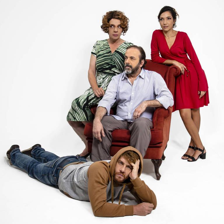 """Elenco de """"O Louco e a Camisa"""" tem Rosi Campos (à esq.) e Leonardo Miggiorin (deitado)"""