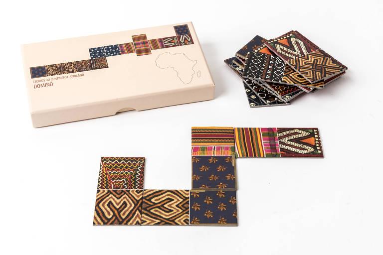 Dominó de papelão com estampas do continente africano, do Acervo África, de São Paulo, R$ 65