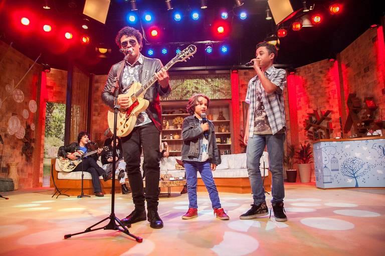 O cantor Leo Maia, filho de Tim Maia, se apresenta com seus filhos Jorge (14 anos) e Bento (6 anos) no programa Ritmo Brasil