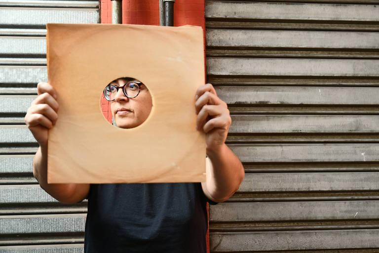 A poeta gaúcha Angélica Freitas com uma capa de LP, em São Paulo