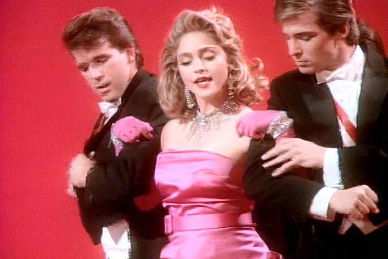 Madonna no vídeo da música 'Material Girl', inspirada no filme 'Os Homens Preferem as Loiras'