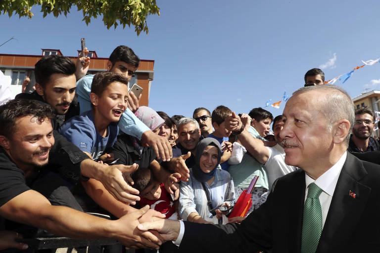 O presidente da Turquia, Recep Tayyip Erdogan, cumprimenta apoiadores em  Bayburt