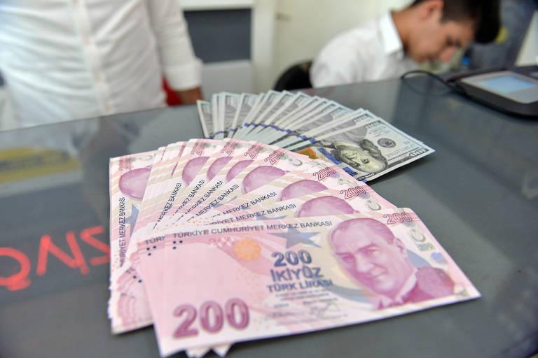 Cédulas de lira turca em casa de câmbio em Ancara