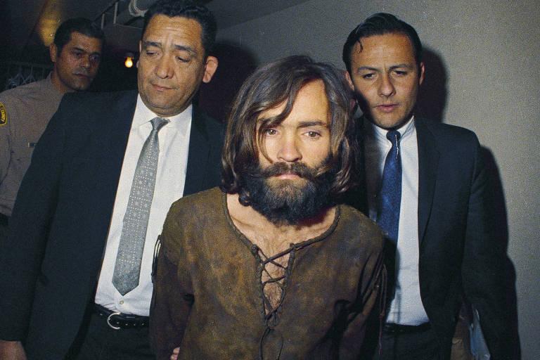 Charles Manson preso, em 1969, por liderar assassinatos em Los Angeles