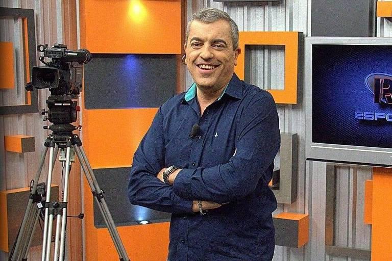 """Anderson Cheni posa no cenário do """"RIT Esportes"""""""