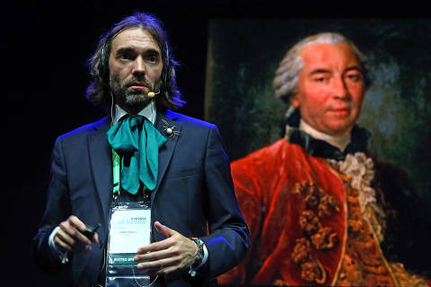 """Public lecture 3 - Cédric Villani (France) """"The age of the Earth: when the Earth was too young for Darwin"""".Frenchman Cédric Villani has one of the most charismatic personalities of the mathematical world. He excels in communicating advanced ideas to the general public. Villani won the Fields Medal in 2010 for his work on Geometry, Physics, and Partial Differential Equations. He is also a former director of the famous Institut Henri Poincaré in Paris. In 2017 Villani was elected to the French National Assembly and now presides the parliamentary committee for Science and Technology."""