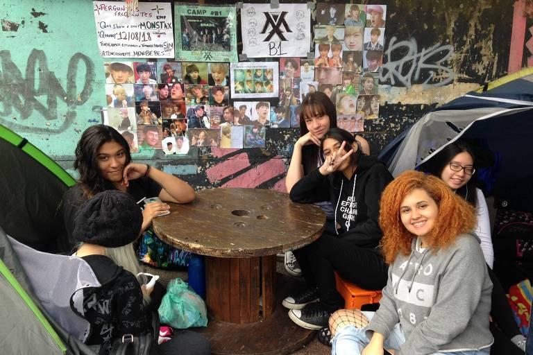 grupo de jovens acampa em frente ao Espaço das Américas há três meses para ver show de grupo de k-pop Monsta X