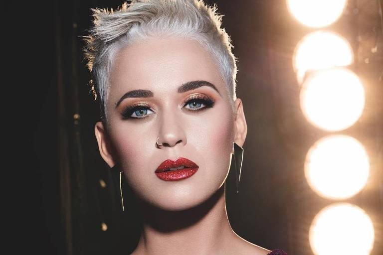 "Katy Perry canta sucessos como ""Roar"" e ""Firework"""