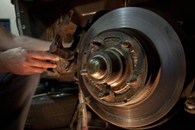 mecânico troca disco de freio