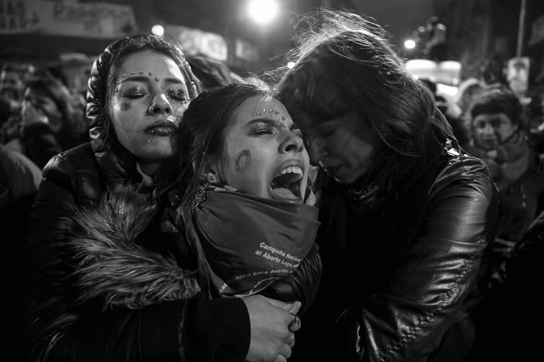 Ativistas a favor da legalização do aborto lamentam decisão do Senado argentino, que rejeitou um projeto que liberaria o procedimento até a 14ª semana de gestação