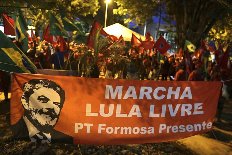 Trabalhadores sem-terra marcham em apoio ao ex-presidente Lula a caminho de Brasília