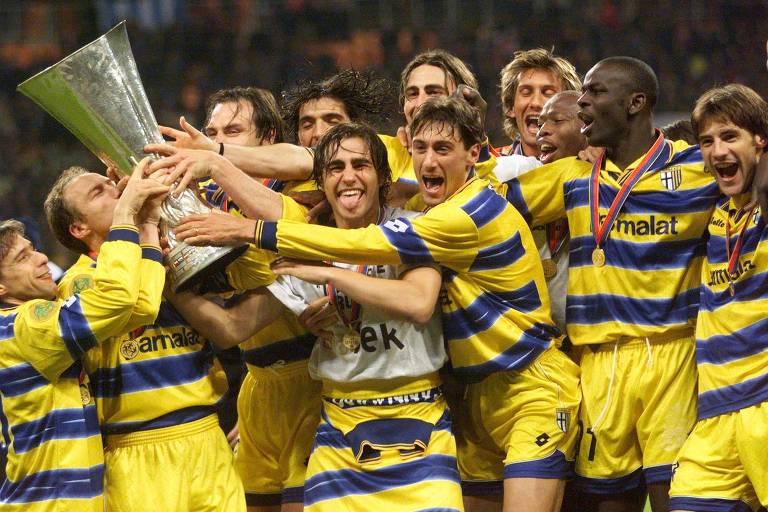 Jogadores do Parma, da Itália, festejam com a taça da Copa Uefa, em Moscou, após vencerem o Olympique de Marselha, em 1999
