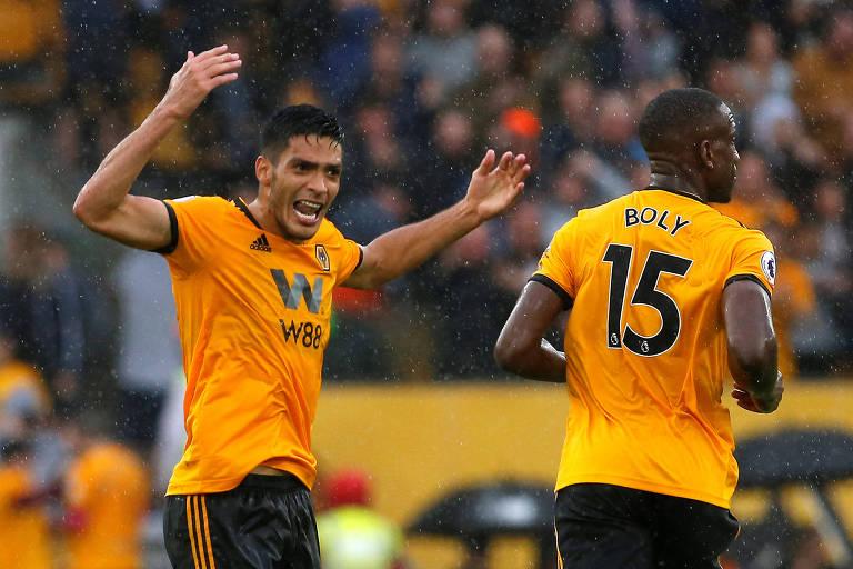 Raul Jimenez (à esquerda) comemora gol do Wolverhamton contra o Everton, na primeira rodada do Campeonato Inglês