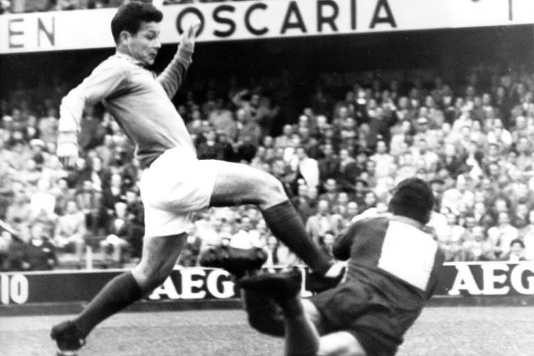 Jogador do Stade de Reims Just Fontaine (esq.), da seleção da França, tenta passar pelo goleiro Gilmar da seleção brasileira na semifinal da Copa do Mundo de 1958; partida terminou em 5 a 2 para o Brasil
