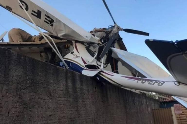 Destroços de avião sobre casa em Goiânia