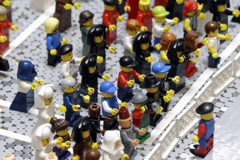 Bonecos do Lego enfileirados