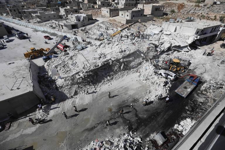 Escombros de prédios destruídos são vistos de cima