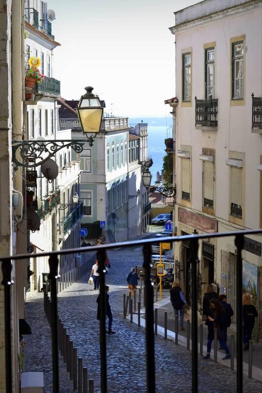 Rua de Lisboa vista de um balcão de ferro