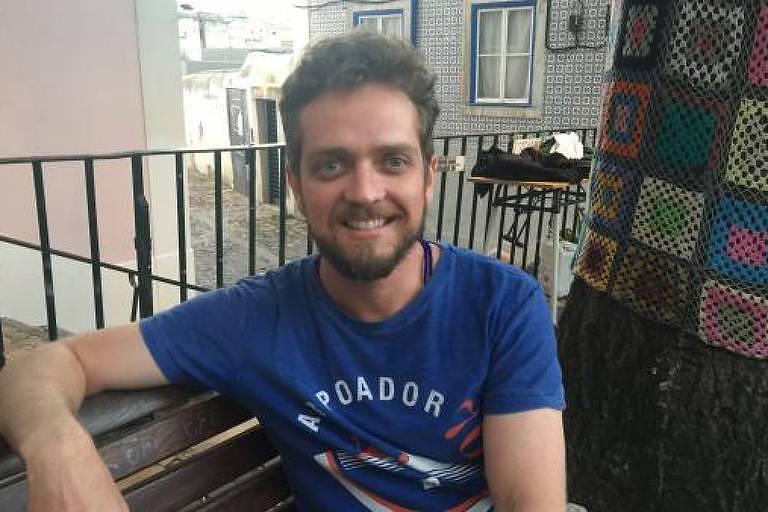 O pianista João Ventura em uma praça lisboeta
