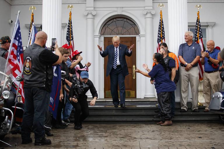 Presidente Donald Trump rodeado de motociclistas apoiadores em clube de golfe em Bedminster, onde passa férias