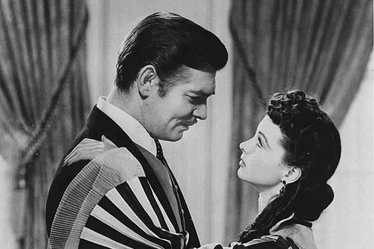 """Cinema: os atores Clark Gable (Rhett Butler) e Vivien Leigh (Scarlett O'Hara) em cena do filme """"E o Vento Levou..."""" (1939), dirigido por Victor Fleming."""