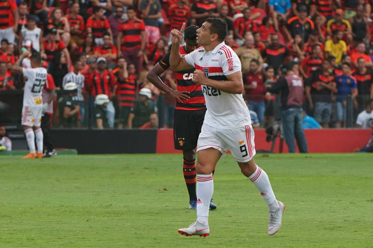 Diego Souza comemora gol marcado pelo São Paulo em vitória sobre o Sport