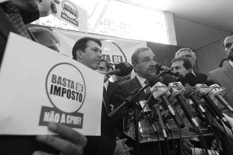Deputados de oposição fazem protesto contra aumento de imposto