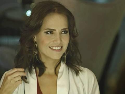 Rosa (Letícia Colin) se prepara para leilão virtual