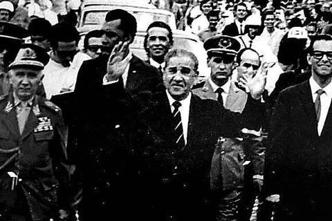ORG XMIT: 033701_0.tif 1967  O presidente Artur da Costa e Silva, com os braços erguidos, em visita à Curitiba (PR), em 1967. (Reprodução)