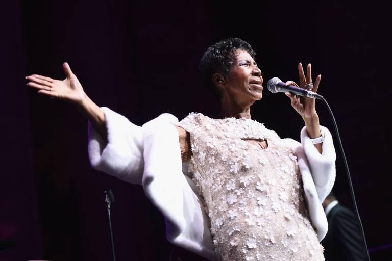 Aretha Franklin canta durante evento organizado por Elton John contra a Aids