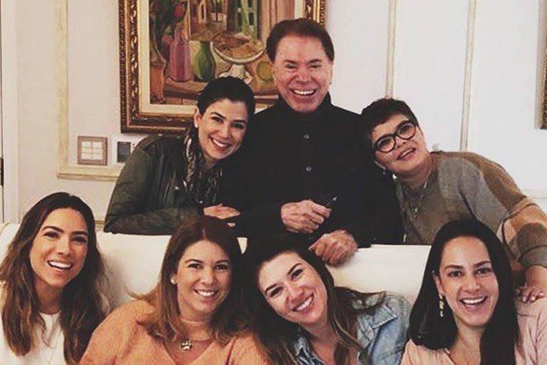 Silvio Santos reunido com a família na festa de Dia dos Pais