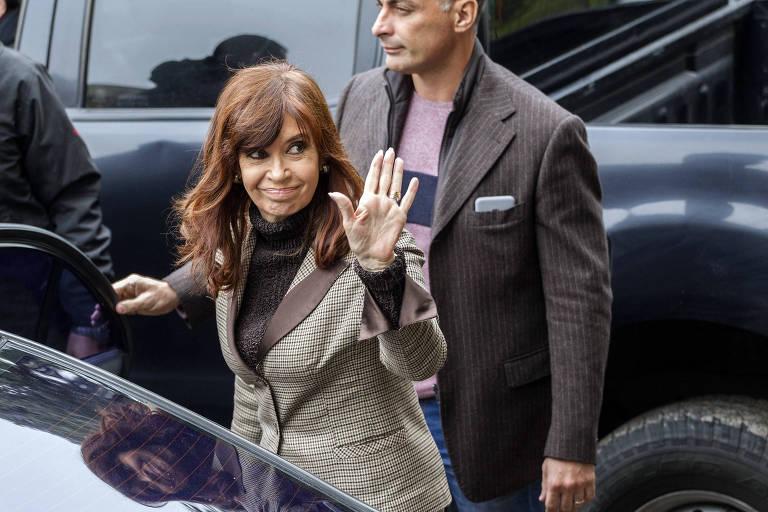 Cristina Kirchner acena ao sair de tribunal