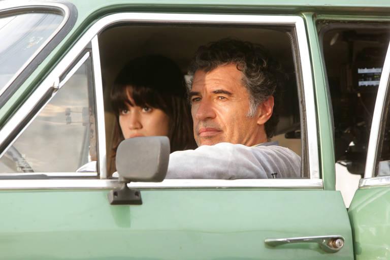 """O ator Paulo Betti (com a atriz Luiza Braga ao fundo) durante gravação do longa metragem """"Uma noite Não É Nada"""""""