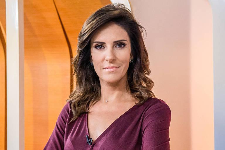 """Jornalista Monalisa Perrone posa em frente ao cenário do programa """"Hora Um"""""""
