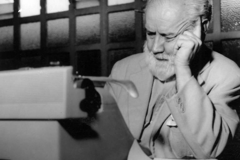 """O jornalista e escritor Barão de Itararé, durante entrevista ao jornal """"Última Hora"""""""